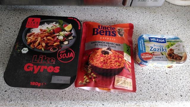 Vegetarisches Gyros, Reis und Tsatsiki als einzelne Convenience-Komponenten, noch eingepackt.