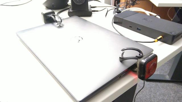 Notebook mit angesteckten USB-Lampen, die gerade aufgeladen werden