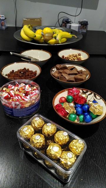 Bananen, Nüsse, Rosinen, Marzipan und Schokolade in diversen Schalen