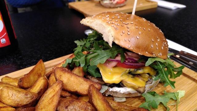 Burger mit Champignons und Kartoffelecken