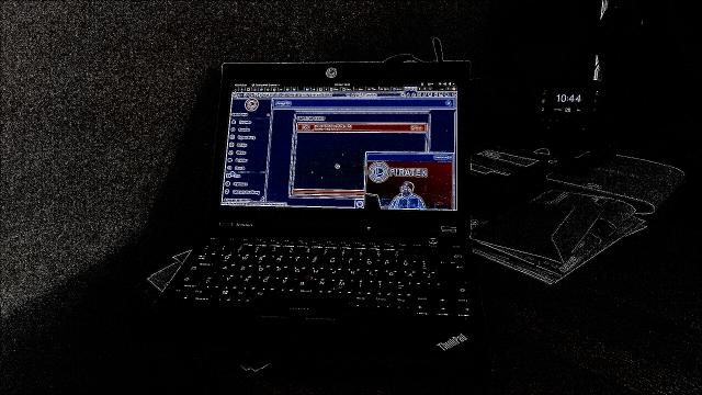 Schreibtisch mit Notebook, auf dem der Stream läuft. Das Bild ist durch Filter verfremdet, so dass man alles in Linien sieht.
