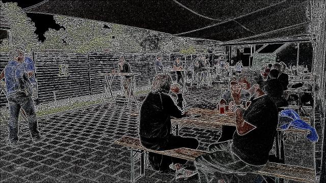 Menschen an Tischen, verfremdetes Bild