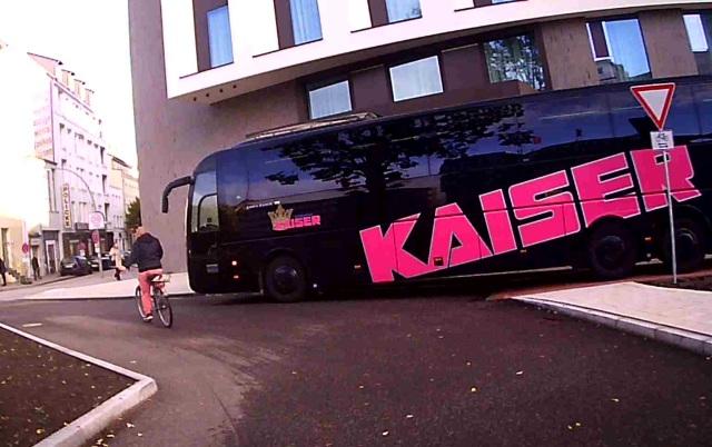 Reisebus vor Hotel, der auf dem Radweg steht