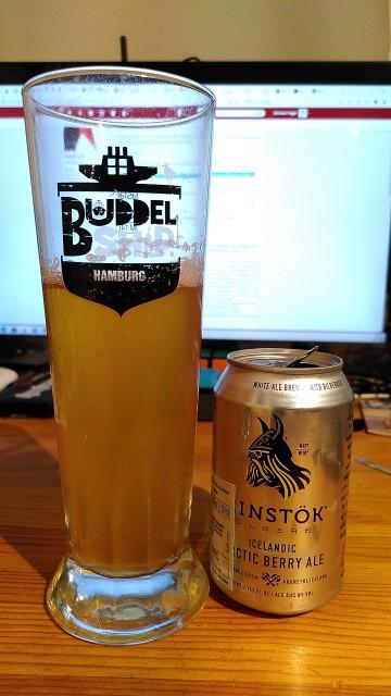 Bierglas und Bierdose. Die Bierdose ist kleiner als die Füllmenge des Glases.