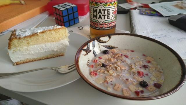 Torte, Müsli und eine Flasche Mate
