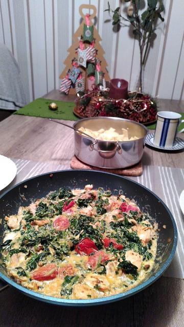 Nudelpfanne mit Spinat, Lachs und Paprika in einer würzigen Soße