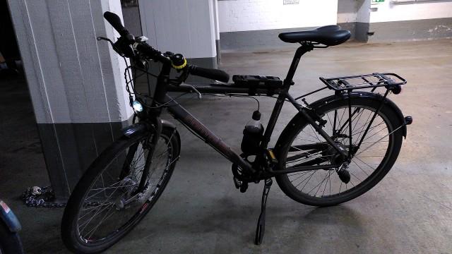 Dunkelgraues Fahrrad im Tiefgarage