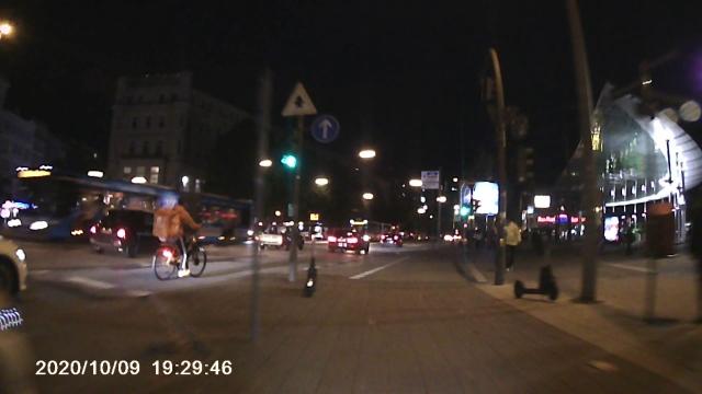 Lieferando-Radfahrer auf der Straße, ich auf dem Radweg