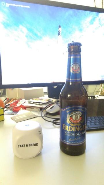 Flasche Bier vor Monitor