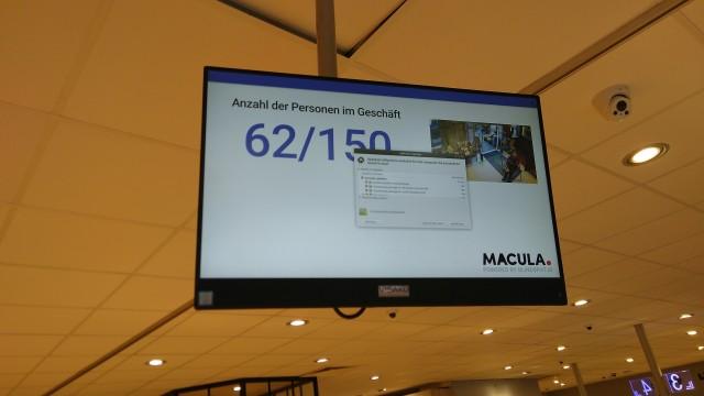 Bildschirm mit Anzahl der Kunden im Geschäft mit überlagerter Ubuntu-Update Anzeige