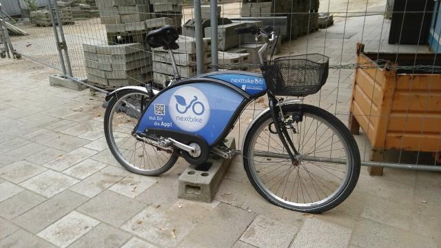 Fahrrad mit platten Reifen und kaputten Sattel