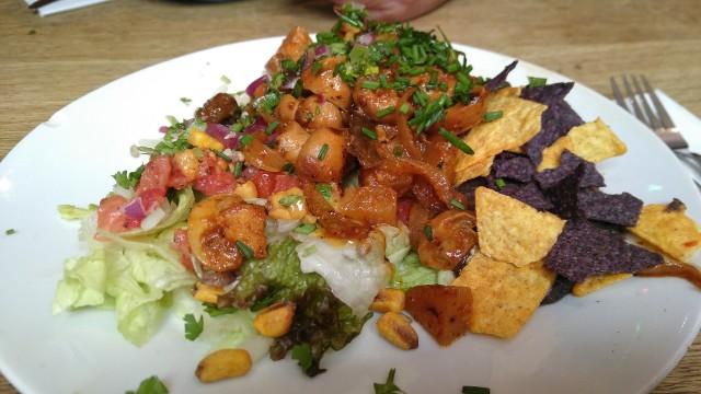 Nachos, schwarzes Bohnenmus und Champignons mit Soße