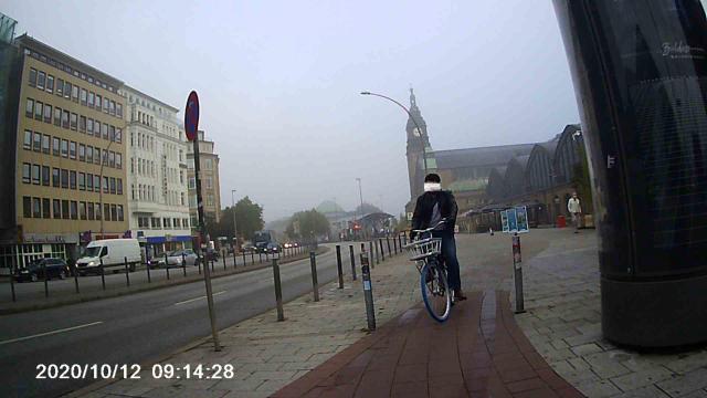 Entgegenkommender Radfahrer an einer Engstelle