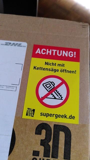"""Paket mit Aufkleber """"Nicht mit Kettensäge öffnen!"""""""