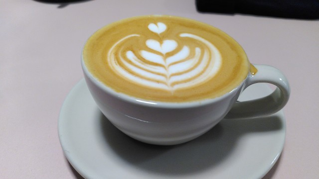 Tasse Kaffee mit Milchschaum mit Muster