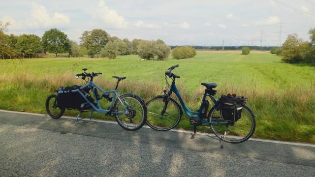 zwei Fahrräder, beide in matt blau