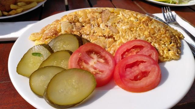 Bauernfrühstück mit Gurken- und Tomatenscheiben
