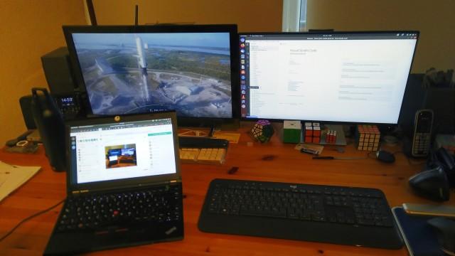 zwei Rechner an drei Monitoren