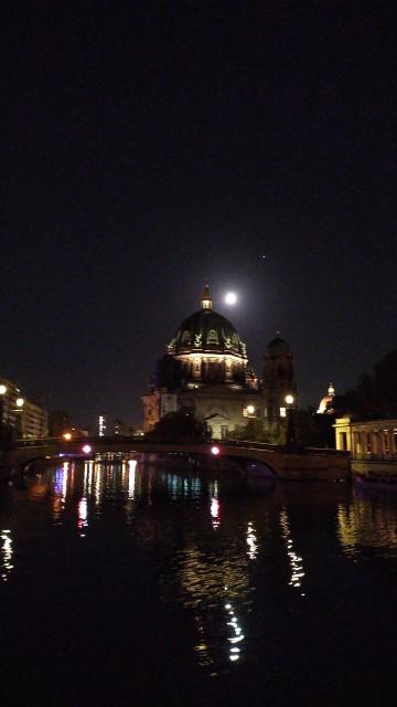 Berliner Museumsinsel bei Nacht mit Mond im Hintergrund