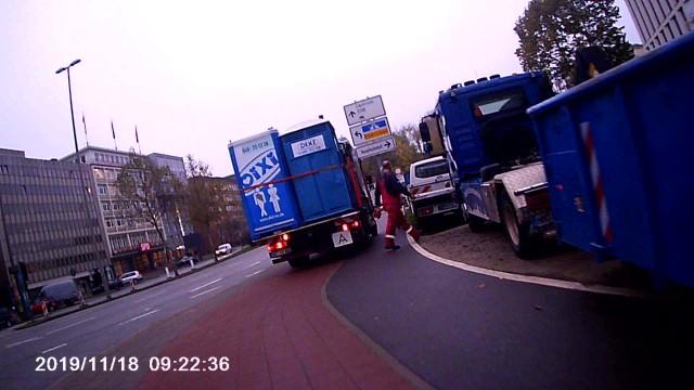 Parkender LKW auf Rad-/Fußweg