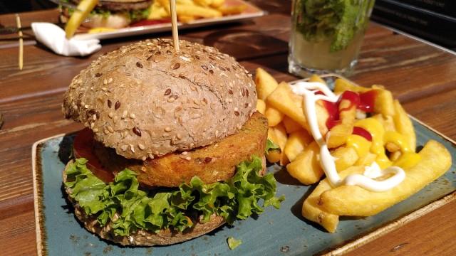 Burger mit Pommes auf Teller