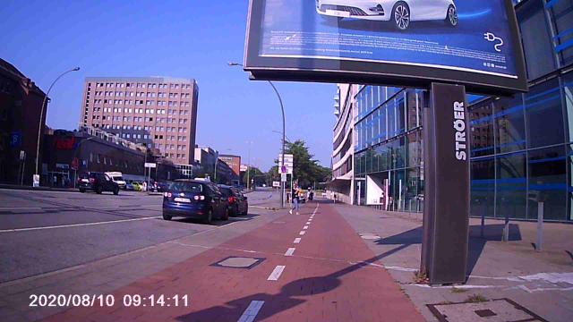 Fußgängerin am linken Rand des Radwegs, Blick in meine Richtung