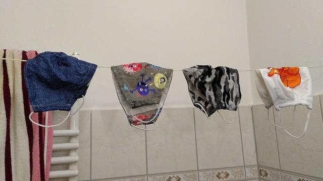 Vier Alltagsmasken auf der Leine