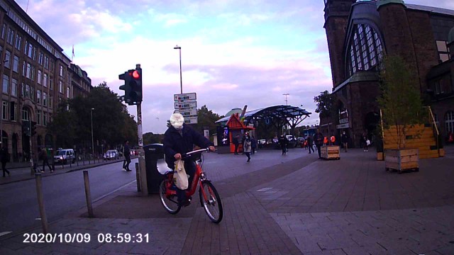 Radfahrer biegt nach rechts in meine Richtung ab