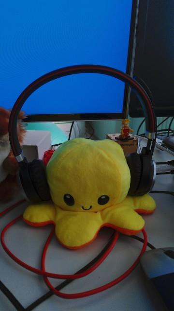 Glücklich aussehende gelbe Plüschkrake