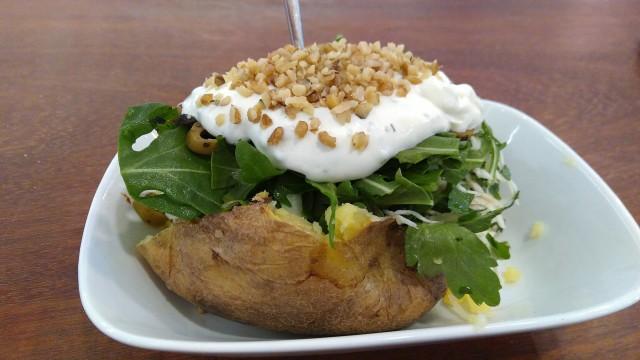 Kumpir (Backkartoffel) mit Salat, Soße und gehackten Nüssen