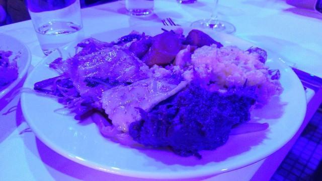 Diverses Essen, in blauem Licht