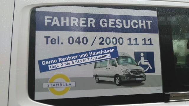 """Stellenanzeige an Fahrzeug, wo """"Fahrer"""" gesucht werden, gerne auch """"Rentner"""" und """"Hausfrauen""""."""