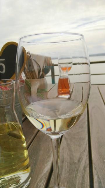 zwei Gläser Wein, im Hintergrund der Bodensee
