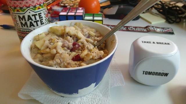 Porridge-Schüssel, im Hintergrund ein Altona93-Aufkleber
