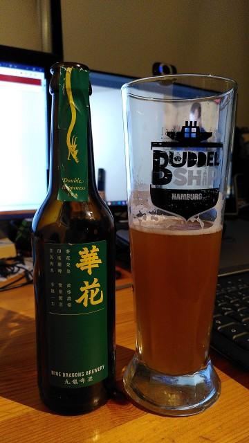 Bierflasche von der Nine Dragons Brewery und gefülltes Bierglas.