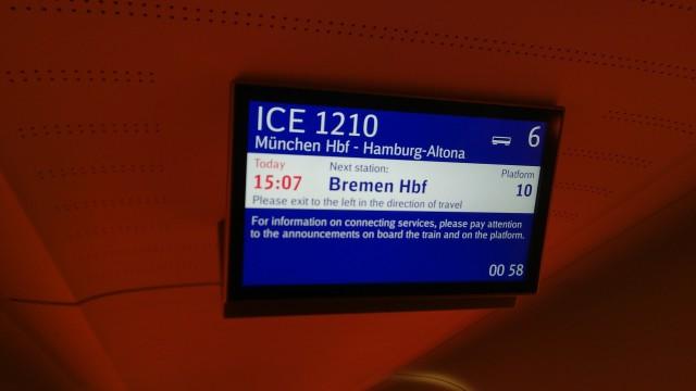Bildschirm im Zug mit ständig wechselnder Ankunftsanzeige