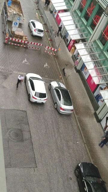 zwei Autos die direkt vor zwei Behindertenparkplätzen stehen und sie somit blockieren