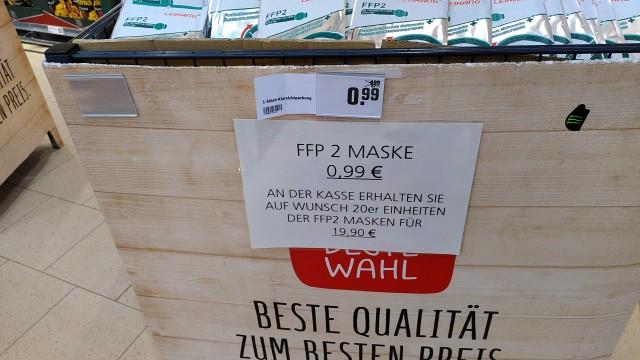 Preisschild auf Kiste mit FFP2-Masken