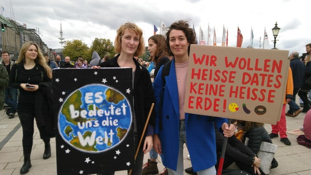 zwei Demonstrantinnen mit Plakaten