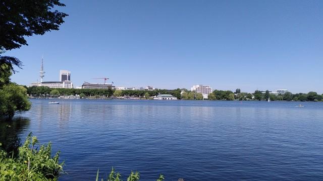 Blick auf die Außenalster, blauer Himmel, blaues Wasser, Segelboote