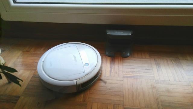 Roboter ist links der Ladestation