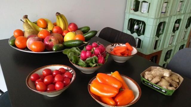 Radieschen, Tomaten, Paprika und Obst.