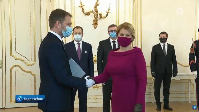 Die Präsidentin mit roter Gesichtsmaske, der Farbe ihres Kleides