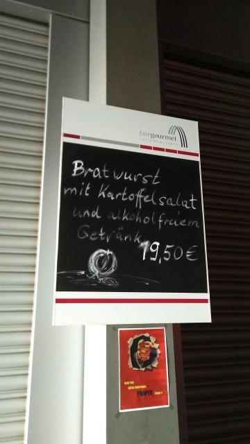 Preisschild für Bratwurst, Kartoffelsalat und Getränk für 19,50