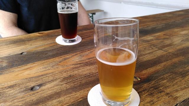 Zwei Gläser Bier auf einem Holztisch