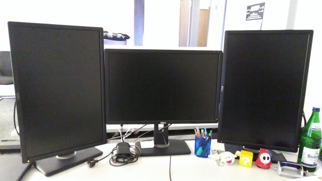 Drei Monitore, zwei davon hochkant