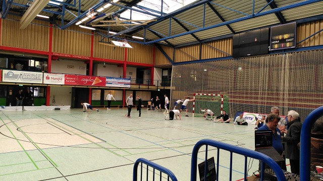 Blick auf das Spielfeld einer Schulsporthalle