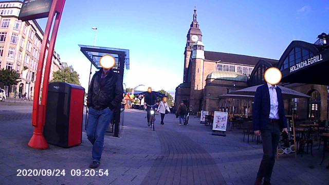 Entgegenkommender Geisterradler auf einem schmalen Radweg, wo sich links und rechts davon Fußgänger befinden