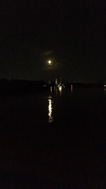 Mond und Mondspiegelung auf der Elbe