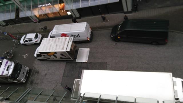 Mehrere Lieferfahrzeuge im Halteverbot